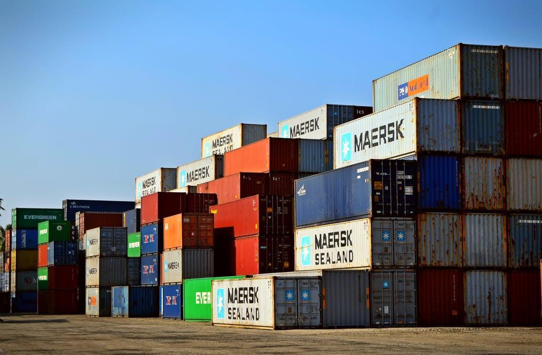 Båtfrakt skickas i containrar