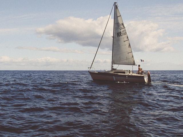Segelbåt på öppet vatten